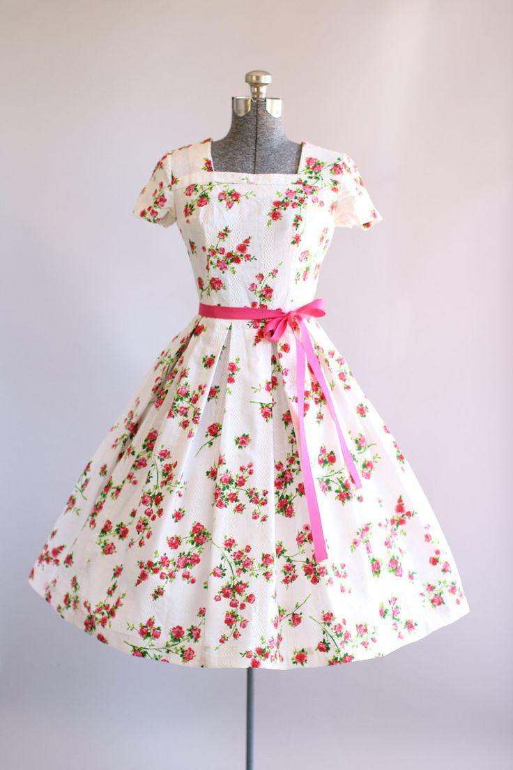 Deze jaren 1950 katoenen jurk beschikt over een prachtige rode, roze en groen roze print bovenop een witte achtergrond. Vierkante hals. Korte mouwen. Gesmoord taille. Bevat een roze lint taille band (niet origineel aan de jurk). Metalen rits op de rug. Zeer goede vintage staat. Houd er rekening mee: petticoat gedragen onder rok voor toegevoegd volheid. Dit stuk is schoongemaakt en is klaar om te dragen!  Label n/b Stof katoen met een geweven in patroon Geschatte omvang S Label grootte n...