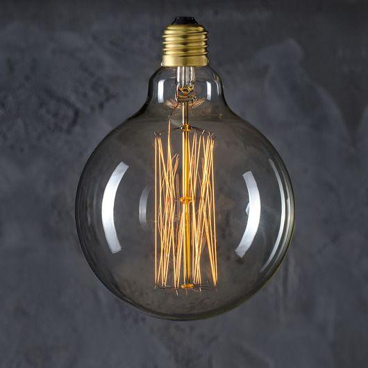 Globe 125 Straight 40W - żarówka dekoracyjna. Duża sfera z widocznymi prostymi żarnikami.   125mm średnicy   40 Watt. Gwint – E27 Temperatura barwowa ~2300K  Strumień świetlny ~120-140lm    Żarówka może posiadać niewielkie rysy...