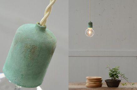 真鍮緑青独特の表情(左)/1灯だけでも十分な存在感(右)
