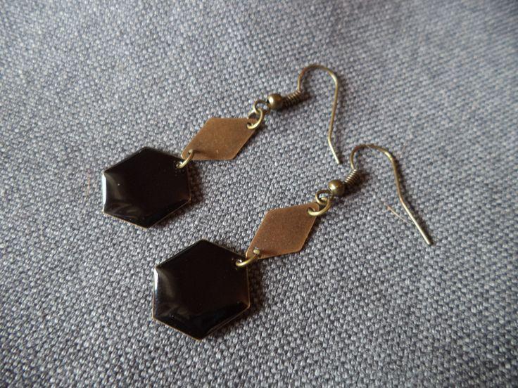 Boucles d'oreilles bronze avec sequin émaillé hexagonal noir et losange bronze : Boucles d'oreille par plumecreative