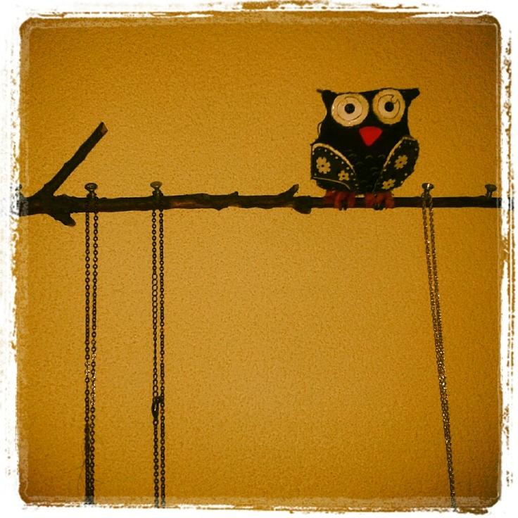 Zelf gemaakt; stoffen uiltje op tak. Leuk om sieraden of sleutels aan te hangen.