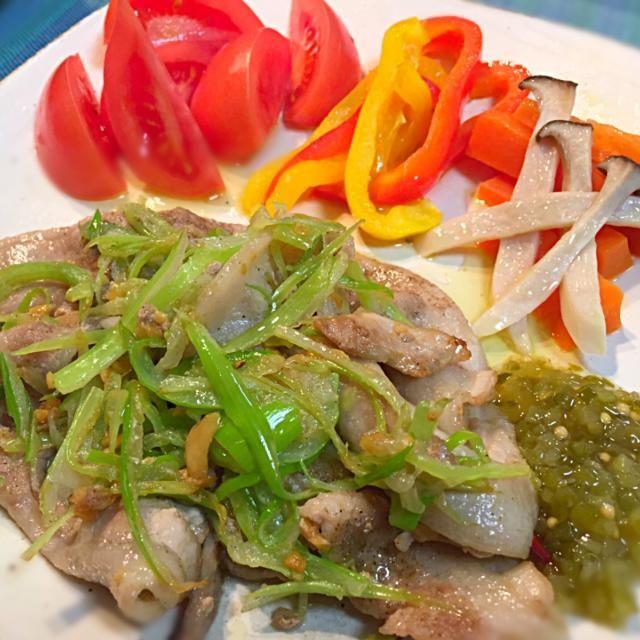 豚バラ肉を塩胡椒で下味してからニンニクで炒め、白髪葱のように細く切った長ネギを合わせて軽く炒め上げました。瓶詰めのクラッシュピクルスを添えて盛り付けたら出来上がり。 その他の付け合わせは、フレッシュトマト、パプリカのオリーブオイル炒め、ニンジンとエリンギのグラッセ(レンジで簡単に)。 - 18件のもぐもぐ - 豚バラ肉薄切りと細切りネギのニンニク炒めクラッシュピクルス添え by dentyuugaku