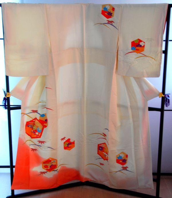 Es handelt sich hierbei um einen traumhaften Vintage Kimono Neuwertiges EINZELSTÜCK - First come, first served ;) Keine Neuware. Artikel ist vom Umtausch ausgeschlossen. Bei Fragen meldet Euch einfach per Telefon oder Mail....