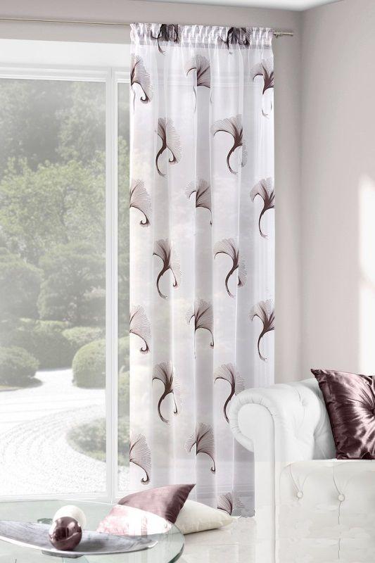 Závěs na okna bílé barvy s hnědým vzorem