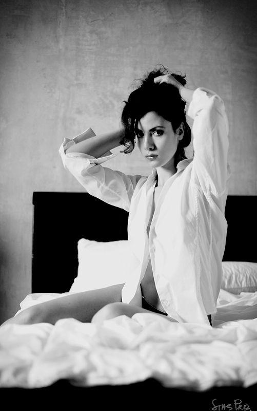 Девушка сфотографировала себя в ванной в ночной сорочке 7