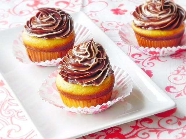 Mod de preparare Briose cu crema de ciocolata: Untul moale la temperatura camerei se mixeaza cu zaharul si esenta de rom pana devine cremos. Se adauga apoi