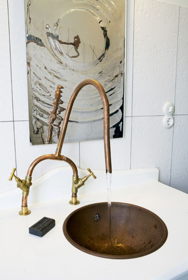 More stunning and clever copper pipes in the bathroom.