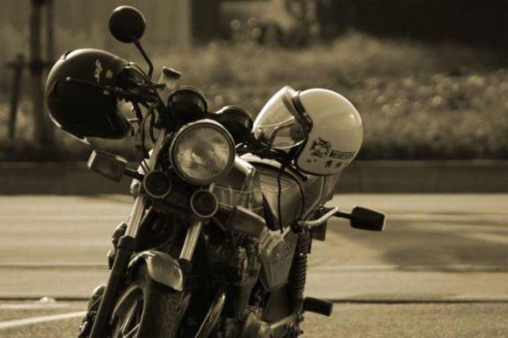 नियमों को ताक पर रखकर मोटरसाइकिल चलाने के शौकीन एक दंपत्ति को यहां के मंडोवी पुल पर मोटरसाइकिल