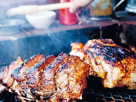 Chipotlekryddad fläskkarré som du grillar på indirekt värme, det vill säga med kol på bara ena sidan av grillen och under lock. Servera med tortillas och tomatsalsa pico de gallo. Recept från boken Till sommaren - mat för många