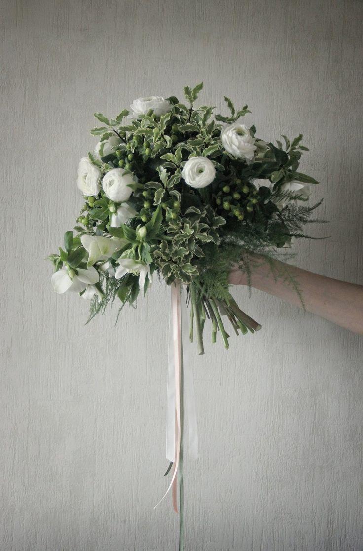 bouquet by AKURATNIE kwiaty  www.akuratnie.com.pl  www.facebook.com/akuratnie.kwiaty  www.instagram.com/akuratnie.dw  #akuratnie #bouquet #white #green #flowers #ranunculus #helleborus #bukiet #biały #zielony #kwiaty #jaskier #ciemiernik