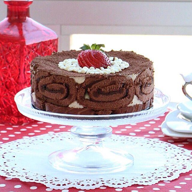 Dankekli pasta Malzemeler 2 paket Dankek Çikolatalı Rulo Pasta (kalıbınız 24 cm den büyükse 1 paket daha artırabilirsiniz.) Krema için 2 kahve fincanı  un 2 kahve fincanı şeker 1 adet yumurta 4 su bardağı süt 2 buç