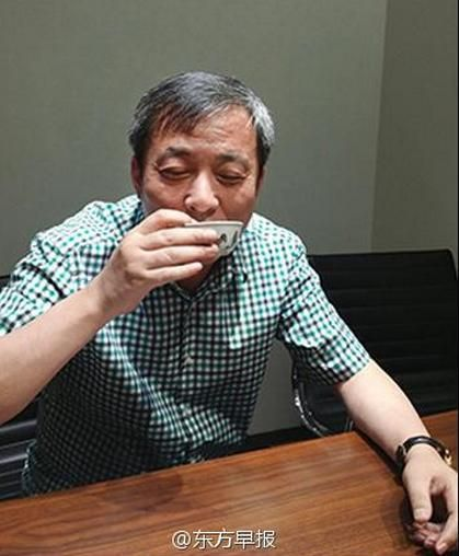 A Chinese billionaire takes a sip of tea from a US$45 million cup, described by netizens as the most expensive cup of tea in history. [Photo/Sina Weibo]