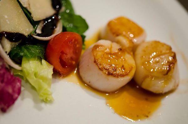 Salada romana com vieiras flambadas com molho de suco de laranja e acafrao