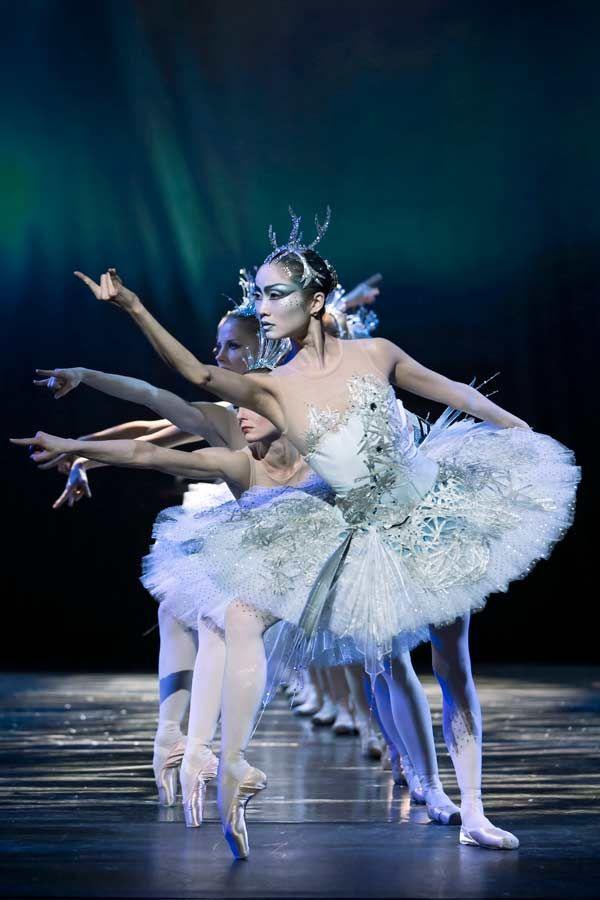 Tidligere kongelig solodanser Kenneth Greve gæster København som balletmester for Den Finske Nationalballet med en familieforestilling fuld af sne, underjordiske væsener og magi.