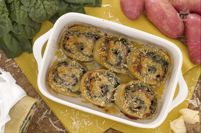 Lo gnoccone agli spinaci è un gustoso rotolo preparato con la pasta degli gnocchi e farcito con spinaci, prosciutto cotto e parmigiano.
