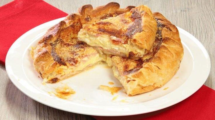 Ricetta Torta salata cotto e formaggio: Torta salata cotto e formaggio: una torta salata davvero semplice da preparare. Ottima per una cena tra amici, per arricchire un buffet o da preparare in anticipo per risolvere un pranzo o una cena in famiglia...