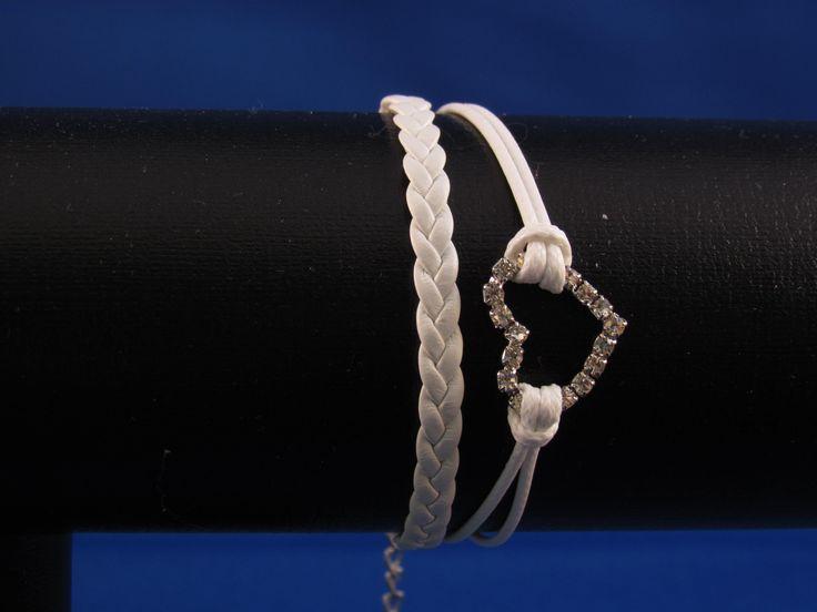 Armband wit met zilverkleurig hart. Artikelnummer: 0667 Prijs: € 4,95