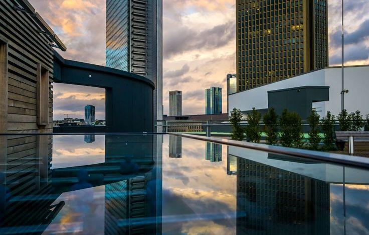 Und jetzt ein paar Bahnen im leeren Pool, warm ist es ja noch. Der Herbst meint es sehr gut mit uns. Auch in Frankfurt scheint die Sonne. Die Wolkenkratzer rund um das Messegelände spiegeln das Ende des Tages. Es wird kalt. Macht nichts, denn schaut der Betrachter genauer hin, sieht er: Das ist ja gar kein Pool, sondern nur die Glasabdeckung eines Tischfußballspiels. Auch nicht schlecht. Auf geht's, Spieler.
