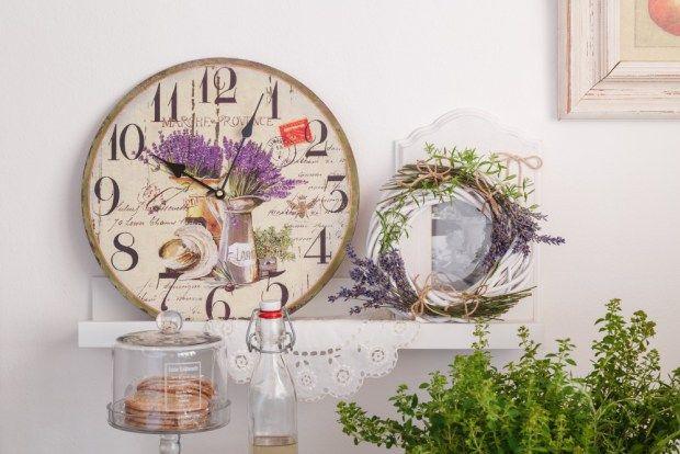 Obdivujete styl ve venkovském duchu Provence nebo raději jemnější a nazdobenější styl Shabby Chic? K oběma se budou hodit levandulové hodiny. Další tipy, s čím je zkombinovat najdete na blogu, včetně návodu na levandulový věneček.