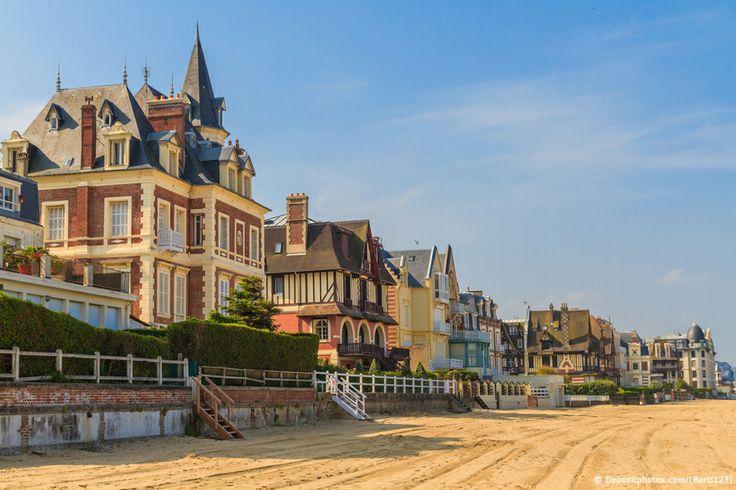 Que diriez-vous d'une petite promenade en bord de plage à Trouville sur mer ? Le temps d'un weekend ensoleillée ou pour vos vacances cet été  ?  #weekend #vacances #calvados #trouville #france