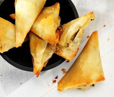 De här tapenadefyllda filodegsknytena är en riktigt bra rätt till plock- eller buffébordet. Mozzarella och basilika ger krämighet och smak. Servera gärna ihop med charkuterier.