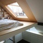【お父さんの隠れ家スペース】最上階の勾配天井の下に作られた大きな天窓付きのロフトのベッドエリア