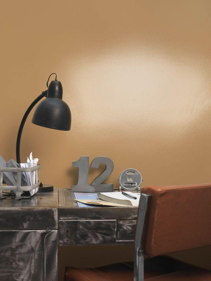 Speel met kleuren en texturen. Breng een gedurfd laagje hoogglanslak aan op een al geverfde muur. Meubels, gordijnen en voorwerpen lijken als nieuw naast een kleur die het licht vangt en weerkaatst. Kleurgebruik in deze werkkamer: Caramel Fudge.