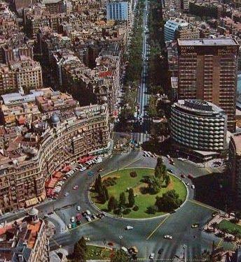 Plaza Francesc Macià. A finales de los 60 la plaza pierde la armonía que le daban los edificios clásicos de la parte norte al construirse en la parte sur el edificio Winterthur (el de las ventanas ovaladas), y detrás de este la Torre Barcelona (sede actual del Grupo Godó). Esta foto es de 1969
