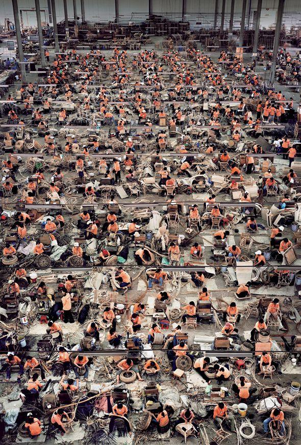 Andreas Gursky est un photographe allemand célèbre pour ses points de vues et le  gigantisme de ses photos, qui dépassent généralement les deux mètres. Usines,  magasins, immeubles, scènes de foule  envahissent tout l'espace de ses photos,  dans des compositions amples, marquées par la répétition de motifs horizontaux  jusqu'à devenir des images abstraites.