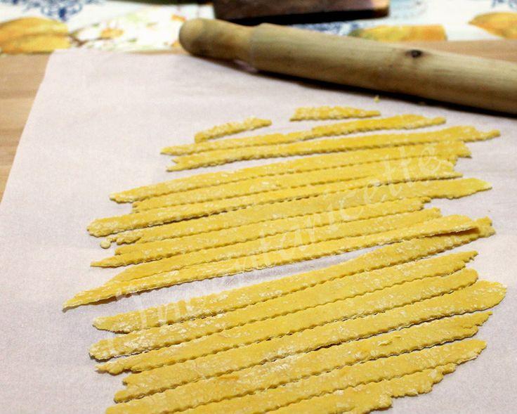 La pasta fresca con farina di ceci è una interessante variante della pasta fresca classica. Ottima per impreziosire i vostri primi piatti. Potete usare sia