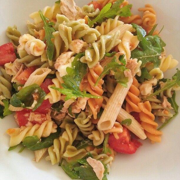 Koude pastasalade met tonijn, tomaat, rucola, mozarellabolletjes, parmezaanse kaas en rode pesto