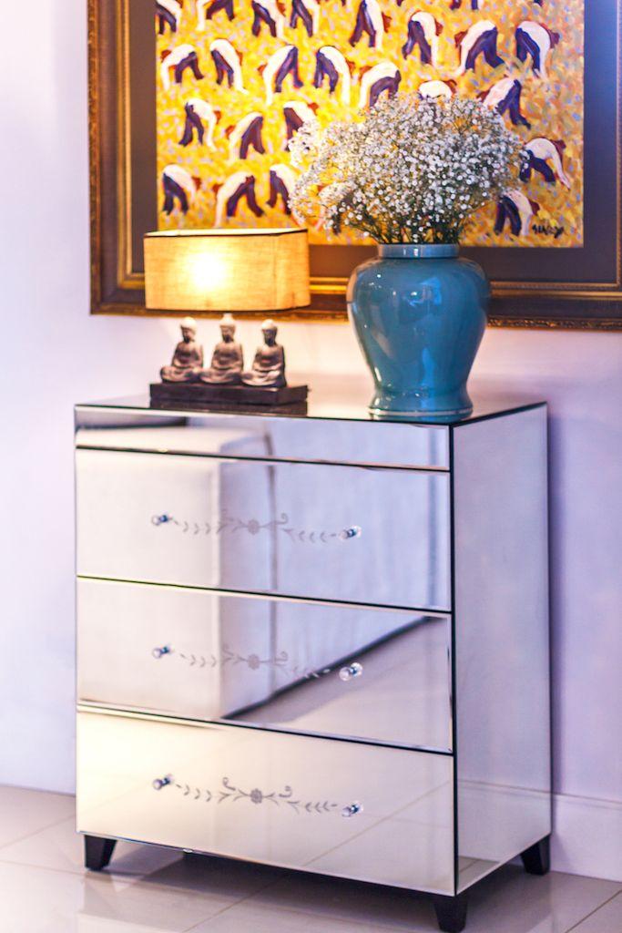 A Cômoda Espelhada Atenas é a peça chave para complementar seu quarto. Produzida em MDF com acabamento interno em pintura preta, corrediças metálicas, parte traseira em preto, revestimento em espelho bisotado e puxadores em acrílico transparente, a cômoda é delicada e elegante. #Comoda #MovelEspelhado #LojaSoulHome