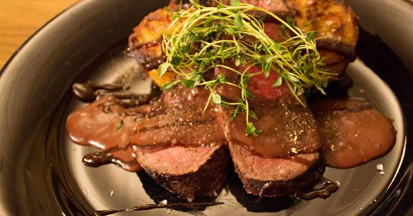 Ugnsstekt ryggbiff serveras med portvinssås, potatisbakelse och kokta grönsaker, en riktig festmåltid!