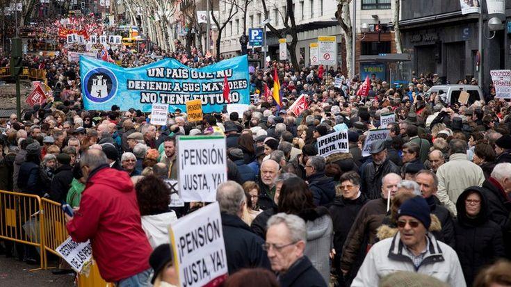 """Tłumy emerytów na ulicach stolicy. Chcą wyższych świadczeń: """"ćwierć procenta podwyżki to za mało"""" - Polsat News"""