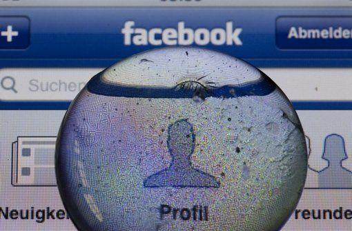 Von Freitag an gelten die neuen AGB bei Facebook. Die Proteste haben Facebook nicht aufgehalten: Mit neuen Nutzungsbedingungen will das Netzwerk Werbeeinblendungen noch gezielter auf die Nutzer abstimmen. Wer als Facebook-Anwender damit nicht einverstanden ist, muss einen harten Schnitt machen. http://www.stuttgarter-zeitung.de/inhalt.facebook-die-neuen-agb-sind-in-kraft-getreten.f83e87c1-21f6-4b1d-aedf-f464ecc32299.html