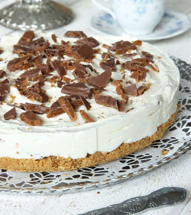 5. Garnera tårtan med grovhackade Daimbitar.