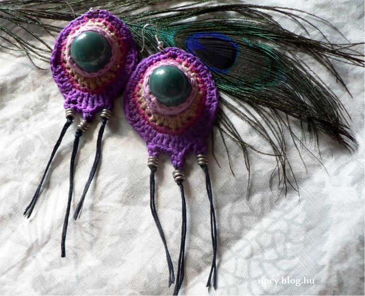 Crochet peacock earring with ceramics bead.  Horgolt pávatoll fülbevaló kerámia gyönggyel. pava_fulbevalo.JPG