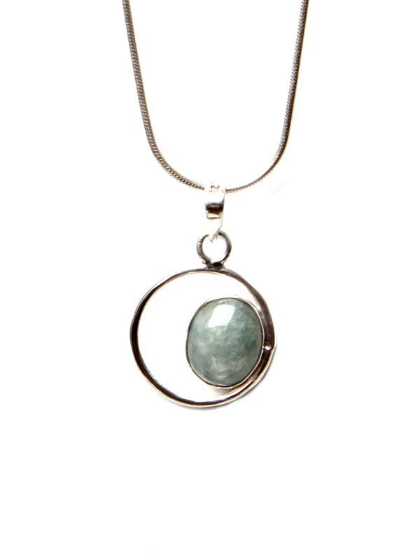 Zilveren ketting met een handgemaakt lichtgroen oog. De zilveren hanger bevat een steen van jade. Jade betekent bij de Maya's en Maori 'eeuwigheid'.