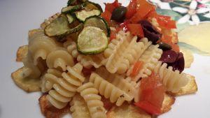 """Le ricette della Lady: """"radiatori"""" con peperoni e zucchine alla marinara, su letto di patatine croccanti"""