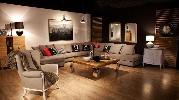 Zestaw wypoczynkowy dużych rozmiarów, który pomieści wieloosobową rodzinę. W skład tapicerowanego zestawu wypoczynkowego wchodzi: rozłożysty narożnik z poduszkami oraz wygodne fotele.