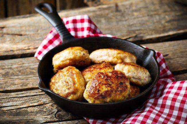 Котлеты — сложное в приготовлении блюдо, но никого не оставляющее равнодушным. Их можно приготовить из самых разных ингредиентов — мясные, куриные или овощные котлеты. Даже вегетарианцы смогут найти рецепт себе по душе.