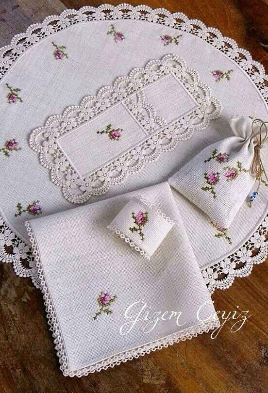 Tapete de lino bordado a punto de cruz y orilla tejida a crochet