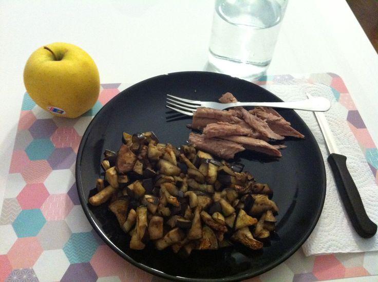 Berenjena salteada + melva + pieza de fruta