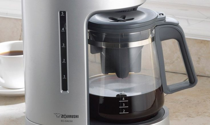 For small families or people living on their own, this coffee maker will blow your mind with no doubt. With its 650 watts, it can boil water at a fast rate so that your coffee will be ready within a few minutes. It also has an automatic warm function. The featherweight coffee maker will give you a good cup of coffee in the easiest way possible. This coffee maker can be purchased online at fair prices.