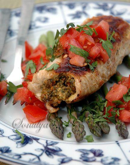 Ну, а теперь один вариант куда пристроить наше песто . на 6 порций 2 1/2 фунта куриных грудок, без костей и кожи 1 ч.л. соли или по-вкусу 1/2 ч.л. перца или по вкусу 2 ст.л. оливкового масла Помидорный гарнир (tomato relish) 4 средних помидора, очистить от семян, мелко нарезать 1 ст.л. оливкового…