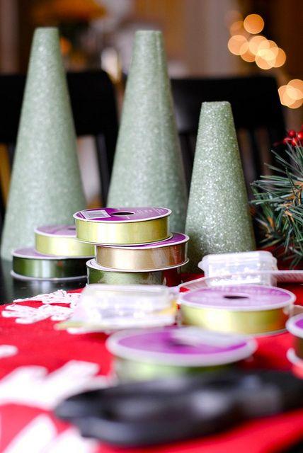 Ribbon Christmas Tree - Step 1 Es una manualidad muy bella y sencilla, sigue este paso a paso en imágenes:  1) Tome la cinta y cortarla en tiras de dos pulgadas. Corte una pieza y luego use ese pedazo de medir todas las demás para que sean de la misma longitud.