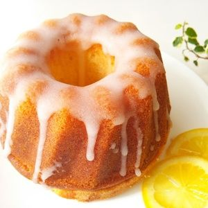 レモン風味のバターケーキをクグロフ型で焼き、レモンシロップをしみこませ、更にレモン風味のアイシングをかけて仕上げたしっとりと口どけの良いレモン尽くしのクグロフ。 外はしゃりっと中はふんわり、爽やかな...