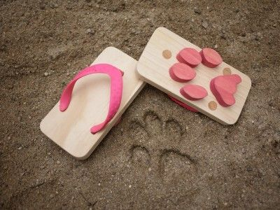 'Ashiato' by kikko-kids.com: Kids' sandals with animal foot prints. Chose cat, gecko, owl, monkey, zaurus (?). Available in 4 sizes. Made of pine and rubber. #Animal_Footprint_Sandals #Ashiato #kikko_kids