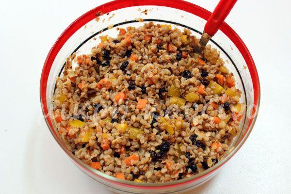 μικρή κουζίνα: Σαλάτα με φαγόπυρο (μαυροσίταρο), σταφίδα και αμύγ...