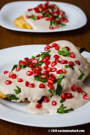 Chiles en nogada con granada (Salsa de nueces tradicional Poblana Cocina Mexicana) Pimientos rellenos de carne Receta | cocinamuyfacil.com